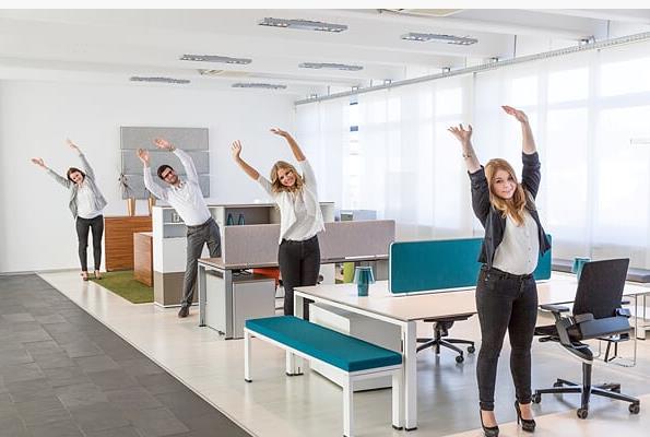 Kurze Bewegungseinheiten wirken Wunder gegen Überforderung am Arbeitsplatz.