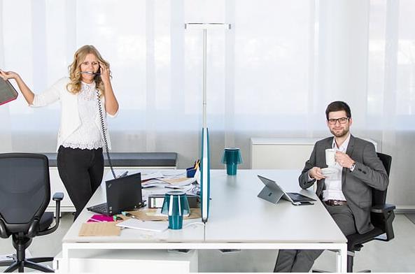 Ein leerer Schreibtisch wirkt aktiv gegen Überforderung am Arbeitsplatz.