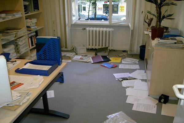 Tsch ss chaos 7 tipps wie sie wirksam ausmisten b ro for Schreibtisch chaos