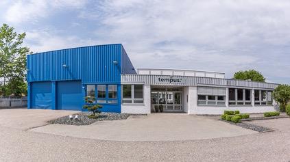 Firmengebäude mit Büroausstattung
