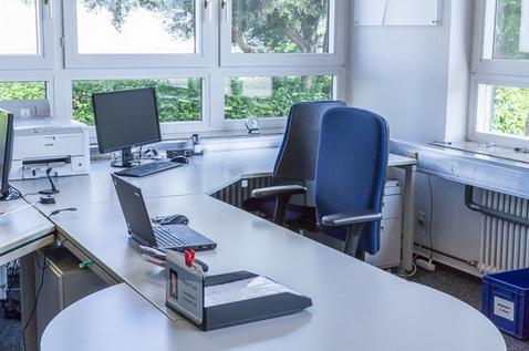 Funktionierendes Ordnungssystem am Schreibtisch