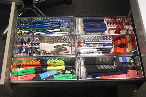 Geordnetes Büromaterial im Großraumbüro