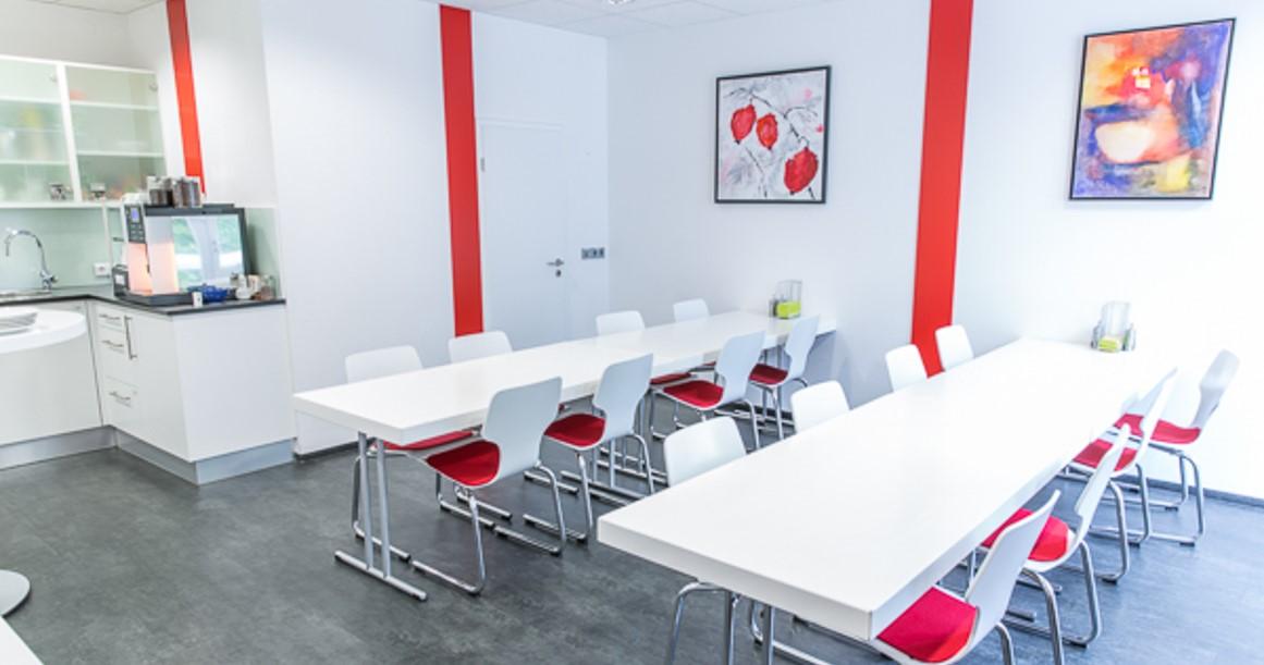 Helle Farben, moderne Möbel: In solchen Sozialräumen kommen die Mitarbeiter gerne zusammen