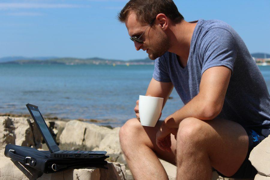 innere-ruhe-staendiges-starren -in-den-laptop-ist-alles-andere-als-achtsam