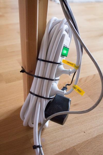 Kabel simpel am Tisch angebracht