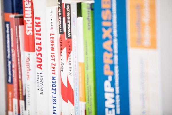 Mitarbeiterbibliothek als Büroausstattung