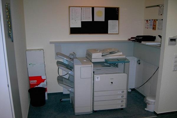 Pinnwand am Kopierer im Goßraumbüro