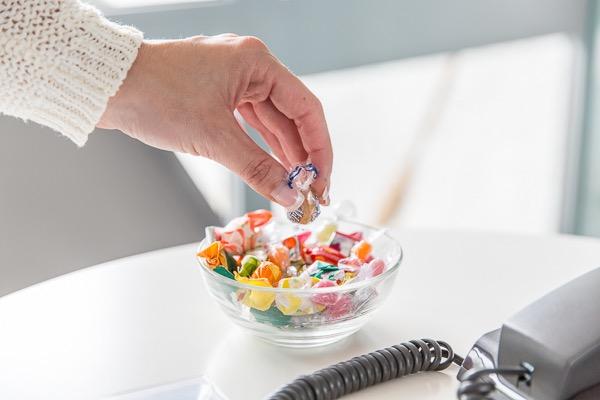 Süßigkeiten in Büroausstattung