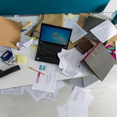 schreibtisch-sehr-unordentlich-chaos