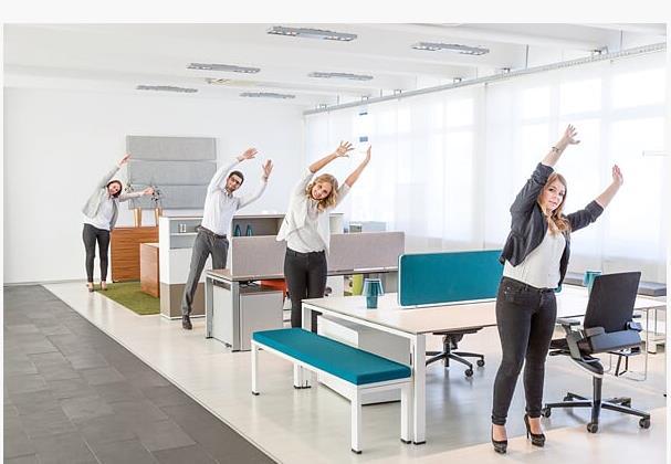 zwei-bildschirme-bewegung-buerogymnastik